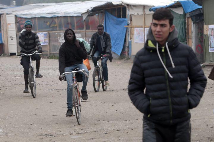 """Des migrants dans la """"jungle"""" de Calais, le 24 octobre 2016. (MAXPPP)"""