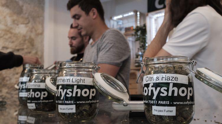 Une des boutiques qui vend des produits dérivés du cannabis à Paris, le 14 juin 2018. (SAMUEL BOIVIN / CROWDSPARK)