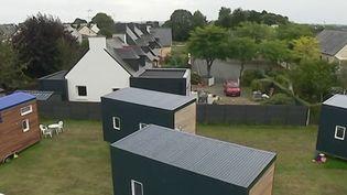 Les mini-maisons rencontrent un franc succès. Apparues dans le paysage il y a quelques années, elles séduisent de plus en plus. Reportage en Bretagne. (France 2)