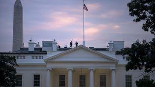 Des membres du Secret service, en position sur le toit de la Maison Blanche, le 29 septembre 2014, à Washington (Etats-Unis). (BRENDAN SMIALOWSKI / AFP)