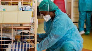 Un soignant de l'hôpital Les Abymes, en Guadeloupe, le 9 avril 2020. (CEDRICK ISHAM CALVADOS / AFP)