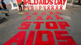 Un message peint à Calcutta (Inde), le 30 novembre 2017, à la veille de la Journée mondiale de lutte contre le sida. (RUPAK DE CHOWDHURI / REUTERS)