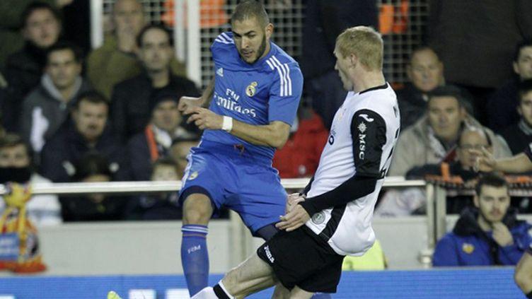Karim Benzema (Real Madrid) face à Jeremy Mathieu (Valence) (JOSE JORDAN / AFP)