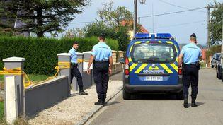 Des gendarmes, le 4 septembre 2014, devant la maison de Mœrnach (Haut-Rhin) où une fille de 11 ans a été retrouvée morte et son frère de 8 ans grièvement blessés deux jours plus tôt. (MAXPPP)