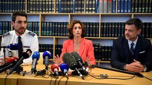 La procureure de la République de Lorient, Laureline Peyrefitte, avec le commissaire central Camille Fanjaud et le chef de la sécurité départementale Patrick Le Neel, lors d'une conférence de presse à Lorient (Morbihan), le 13 juin 2019. (DAMIEN MEYER / AFP)