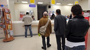 Des clients attendent au guichet de la Banque postale, à Caen (Calvados), le 22 décembre 2008. (MYCHELE DANIAU / AFP)