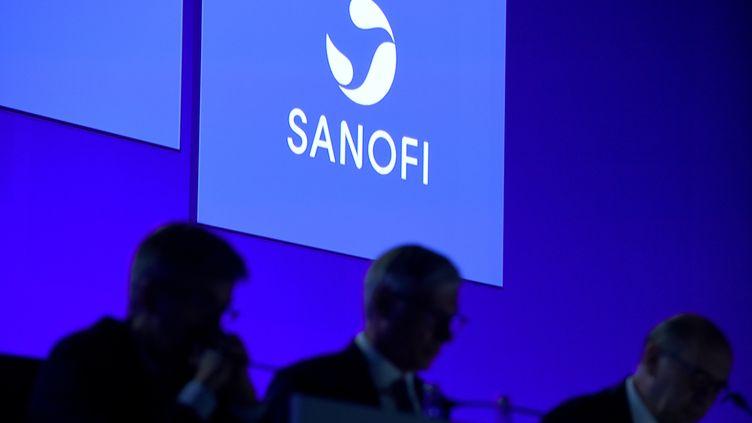 Le logo de Sanofi lors d'une réunion du groupe, à Paris, le 2 mai 2018. (ERIC PIERMONT / AFP)