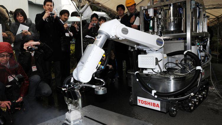 Le robot a été présenté vendredi 15 février 2013 à Yokohama (Japon).L'engin peut en théorie nettoyer un espace de plus de deux mètres carrés par heure. (YOSHIKAZU TSUNO / AFP)