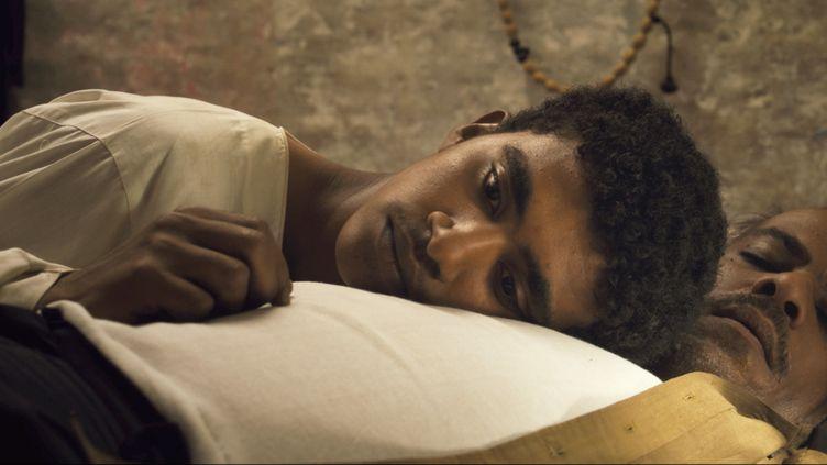 """Une scène du film """"Tu mourras à 20 ans"""", d'Amjad Abu Alala où l'on voit, au premier plan, sonhéros, le jeune Muzamil incarné par le comédien Mustapha Shehata. (PYRAMIDE DISTRIBUTION)"""