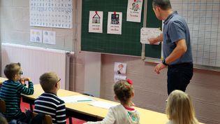 Un professeur des écoles dans une classe à Roncq (Nord), le 1er septembre 2015. (THIERRY THOREL / CITIZENSIDE.COM / AFP)
