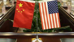 Les drapeaux américain et chinois, lors d'une réunion au ministère de l'Agriculture, à Pékin, en Chine, le 30 juin 2017. (JASON LEE / POOL)