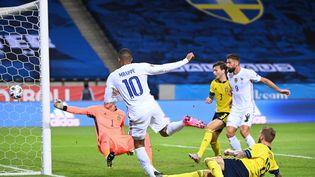 Kylian Mbappe ouvre le score face à la Suède, samedi 5 septembre, dans un stade silencieux sans spectateurs. (JONATHAN NACKSTRAND / AFP)