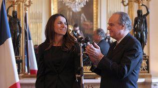 Un an après la cordiale passation de pouvoirs entre Frédéric Mitterrand et Aurélie Filippetti au ministère de la Culture (17 mai 2012), l'heure n'est plus aux applaudissements...  (Chesnot / Sipa)