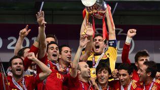 Iker Casillas soulève le trophée de l'Euro, après la victoire 4-0 des Espagnols contre l'Italie, le 1er juillet 2012 à Kiev (Ukraine). (GIUSEPPE CACACE / AFP)