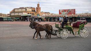 Habituellement bondée, la grande place Jemaa el-Fna de Marrakech, au Maroc, n'accueille plus les touristes depuis plus de quatre mois (photo du 17 mars 2020). (FADEL SENNA / AFP)