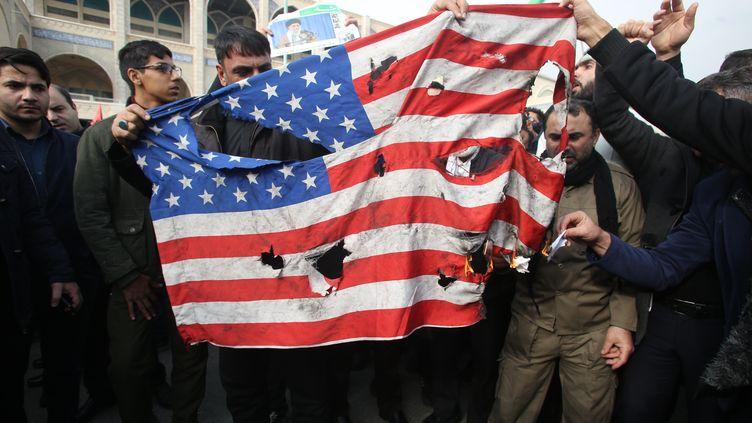 Un drapeau américain brûlé dans les rues de Téhéran (Iran), après l'annonce de la mort du général iranien Qassem Soleimani,le 3 janvier 2020.  (ATTA KENARE / AFP)