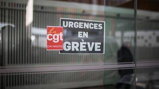 """Une pancarte indiquant """"urgences en grève"""", le 3 mai 2019,au service des urgences du CHU de Nantes. (J?R?MIE LUSSEAU / HANS LUCAS / AFP)"""