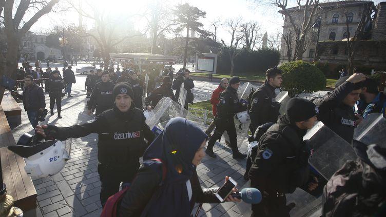 Des policiers évacuent la zone après qu'une explosion a retenti dans le centre d'Istanbul (Turquie), le 12 janvier 2016. (OSMAN ORSAL / REUTERS)