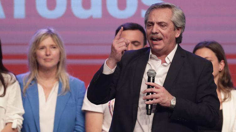 Alberto Fernandez prononce un discours après l'annonce de sa victoire à l'élection présidentielle, le 27 octobre 2019 à Buenos Aires. (ALEJANDRO PAGNI / AFP)