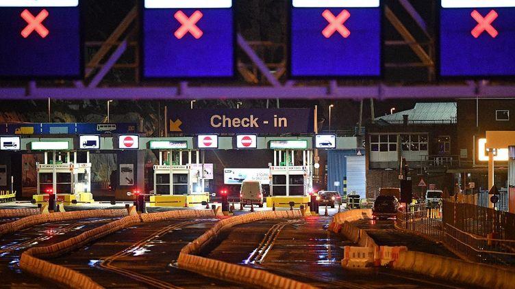 Les véhicules commencent à passer par les cabines d'enregistrement du terminal des ferries du port de Douvres, dans le Kent, au sud-est de l'Angleterre, le 23 décembre 2020, après un test Covid-19 des conducteurs. (JUSTIN TALLIS / AFP)