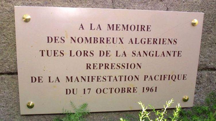Plaque en hommage aux victimes de la manifestation du FLN du 17 octobre 1961 tuées par la police, dévoilée le 17 octobre 2001 par le maire de Paris, Bertrand Delanoë, sur l'Ile de la Cité. (DANIEL JANIN / AFP)