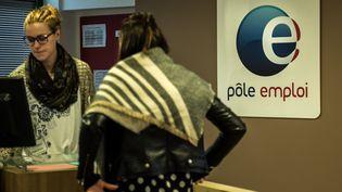 Une salariée de Pôle emploi et une demandeuse d'emploi dans une agence de Lille, le 16 décembre 2015. (PHILIPPE HUGUEN / AFP)