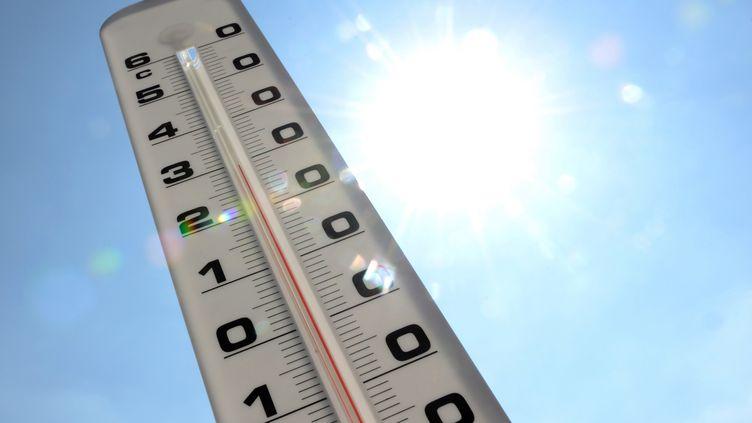 Un thermomètre mesure la température, le 19 juillet 2013, à Lille (Nord). (DENIS CHARLET / AFP)