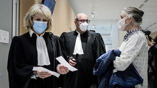 L'avocate Martine Verdier (à gauche) et la pneumologue Irène Frachon (à droite) devant la salle d'audience du palais de Justice de Paris, le 9 juin 2020. (PHILIPPE LOPEZ / AFP)