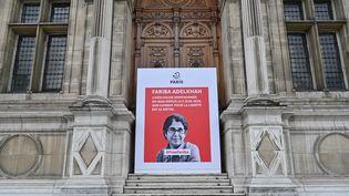 Une affiche avec le portrait de l'universitaire franco-iranienne Fariba Adelkhah, emprisonnée en Iran, est placée devant l'Hôtel de Ville à Paris, le 5 juin 2020 (photo d'illustration). (BERTRAND GUAY / AFP)