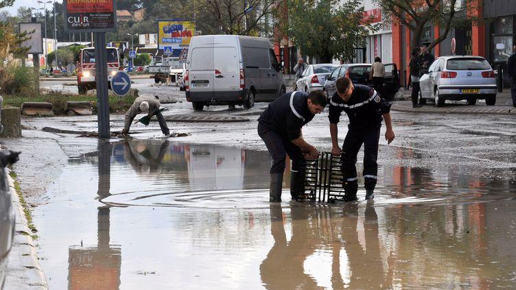 De fortes précipitations ont inondé certaines zones de la Zone Commerciale de Plan de Campagne (Bouches-du-Rhône), le 26 octobre 2012. (NICOLAS VALLAURI  / MAXPPP)