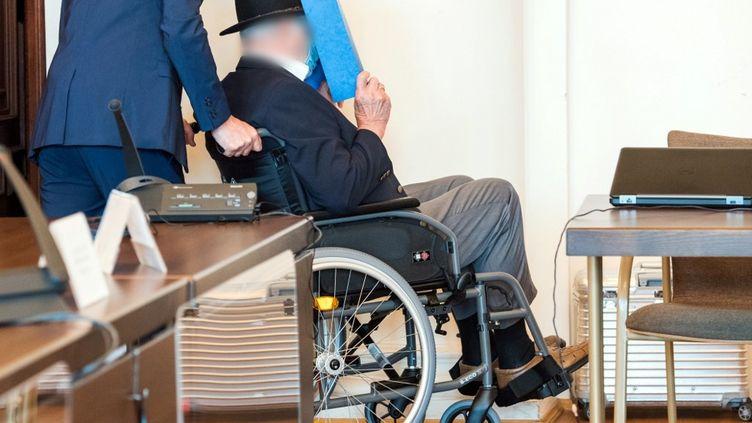 Bruno Dey, un ancien gardien SS du camp de concentration de Stutthof (Pologne), arriveà son procèsle 23 juillet 2020, à Hambourg, dans le nord de l'Allemagne. (DANIEL BOCKWOLDT / AFP)