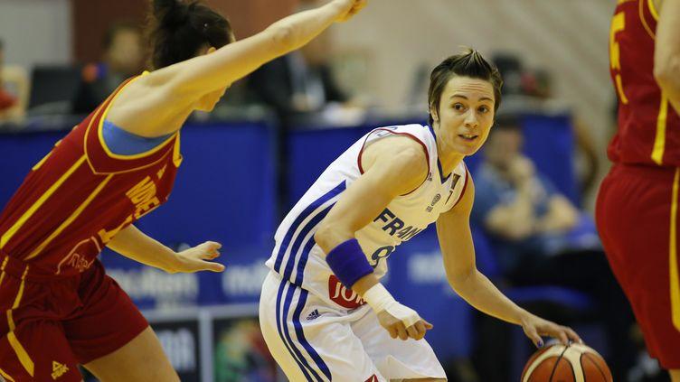 Céline Dumerc mène le jeu face au Montenegro (SEBASTIAN TATARU / AFP)