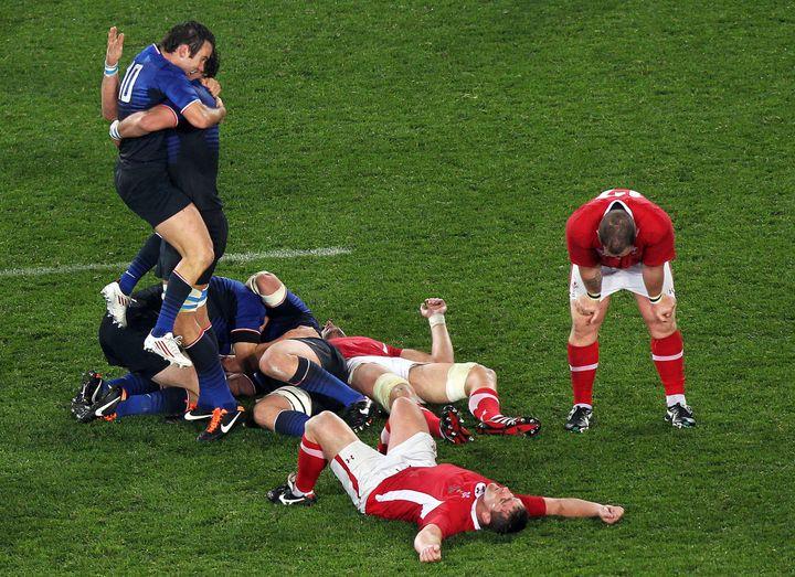 Le XV de France célèbre sa victoire en demi-finale de la Coupe du monde face au pays de Galles, le 15 octobre 2011 à Auckland (Nouvelle-Zélande). (MARTY MELVILLE / AFP)