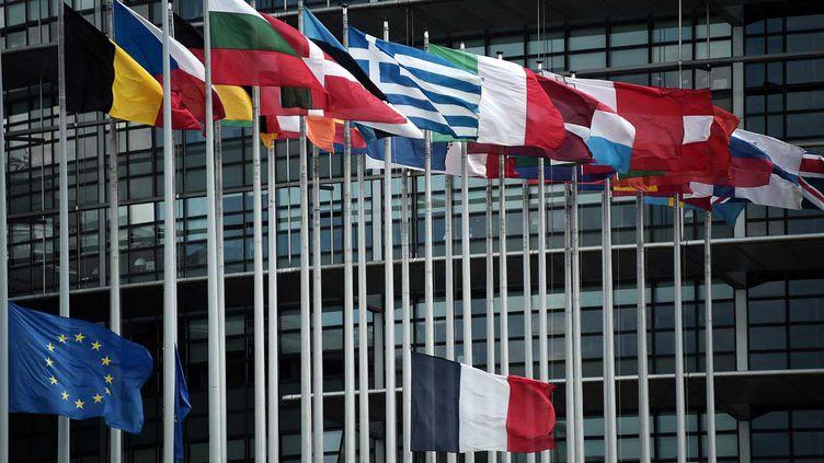 (Au lendemain de l'attentat de Nice, le drapeau français et le drapeau européen ont été mis en berne à Bruxelles © AFP/Frédérick Florin)