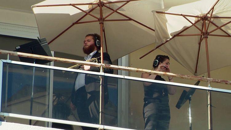 Les musiciens de l'orchestre de Cannes ont offert aux habitants des quartiers un concert au balcon (France 3 PACA)