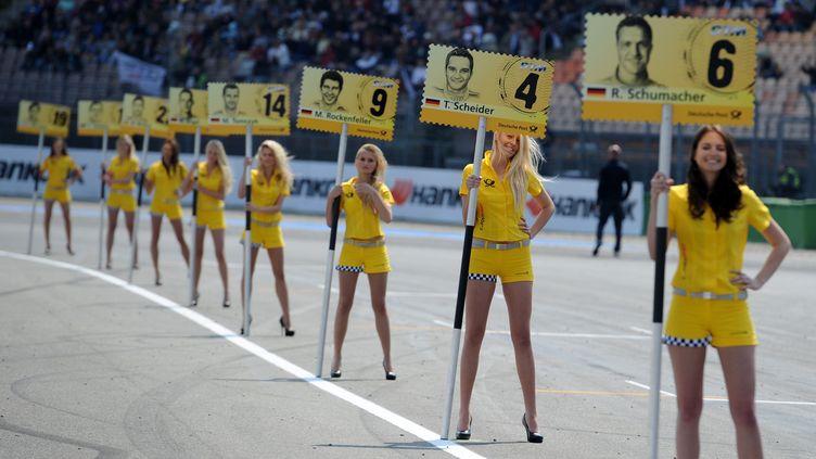 """Des """"grids girls"""" lors d'un tournoi de Formule 1 à Hockenheim (Allemagne), le 1er mai 2011. (RONALD WITTEK / DPA / AFP)"""