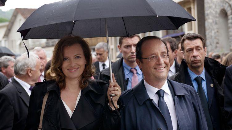 François Hollande et sa compagne Valérie Trierweiler, à Tulle (Corrèze), le 9 juin 2012. (BERTRAND LANGLOIS / AFP)
