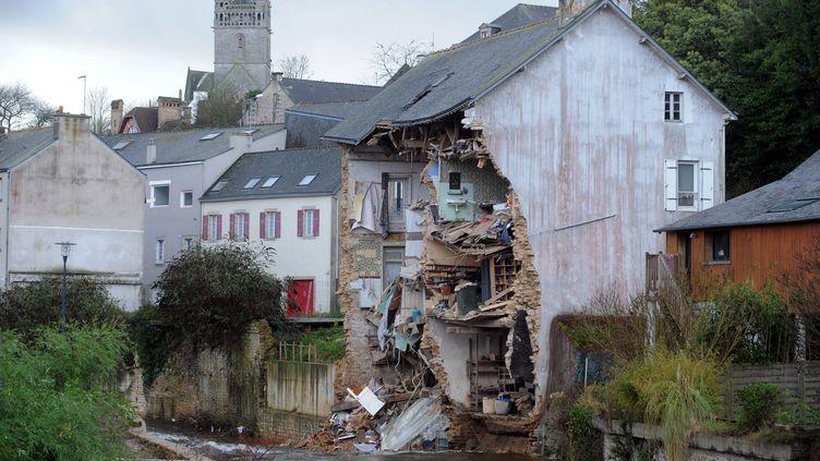 Un immeuble détruit partiellement par le passage de la tempête Dirk, à Quimperlé (Finistère), le 25 décembre 2013. (FRED TANNEAU / AFP)