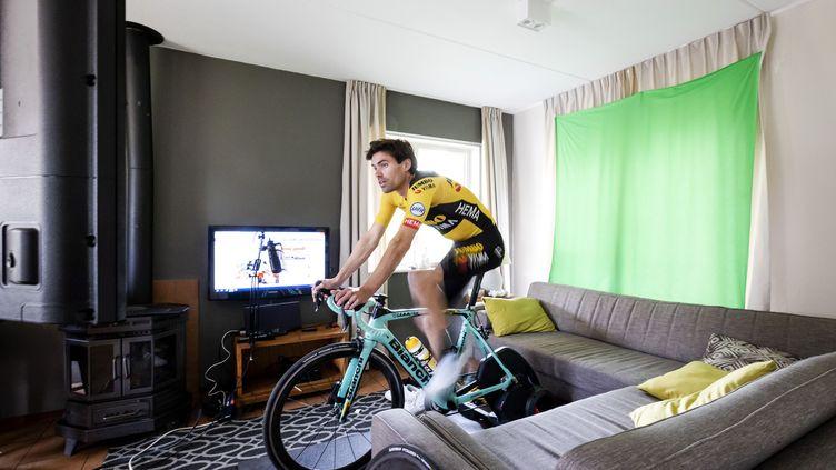Tom Dumoulin (Lotto Jumbo) pédale dans son salon à cause de la pandémie de covid-19 (ROBIN VAN LONKHUIJSEN / ANP)