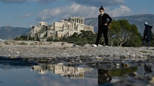 Une personne devant l'Acropolis, à Athènes, en Grèce, le 1er avril 2021. (LOUISA GOULIAMAKI / AFP)