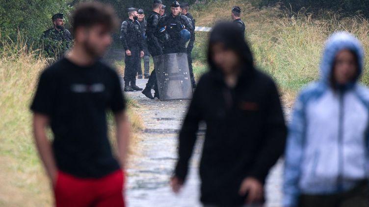 Des gendarmes et des participants à une fête interditeà Redon (Ille-et-Vilaine),le 19 juin 2021. (LOIC VENANCE / AFP)