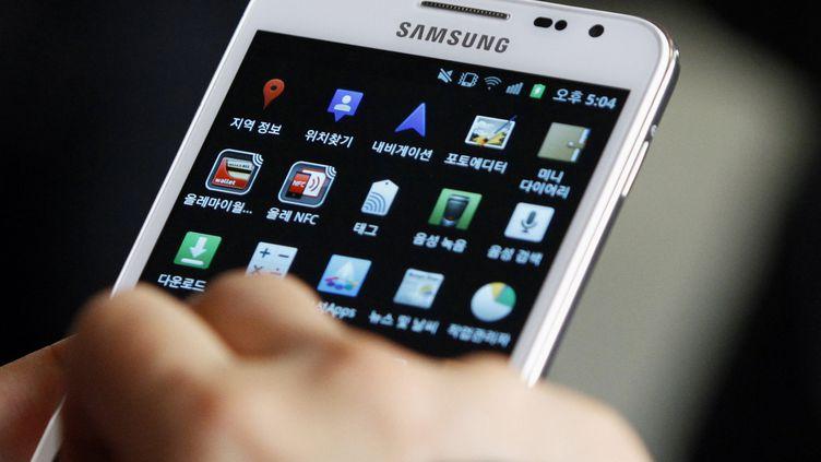 Un client utlise un smartphone Samsung à Séoul, en Corée du Sud, le 17 janvier 2012. (REUTERS)
