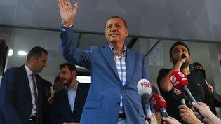 Le président turcRecep Tayyip Erdogan s'adresse à ses partisans, à Istanbul (Turquie), le 16 juillet 2016. (MURAD SEZER / REUTERS)