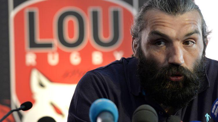 Sébastien Chabal annonce mettre fin à sacarrière, au siège de son club, le LOU, à Lyon (Rhône), le 5 mai 2014. (JEAN-PHILIPPE KSIAZEK / AFP)