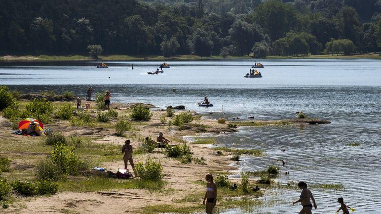 Des vacanciers au bord de l'eau du Lac de Saint-Ferréol (Haute-Garonne), le 18 juillet 2018. (ERIC CABANIS / AFP)