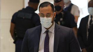 L'ancien chef de mission de l'Elysée Alexandre Benalla à son arrivée à son procès au tribunal de Paris, le 13 septembre 2021. (THOMAS COEX / AFP)