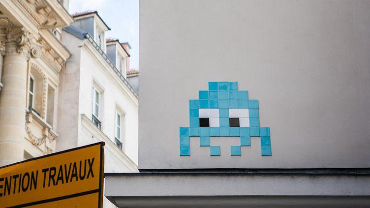 """Un """"Space Invaders"""" dans les rues de Paris, le 14 mai 2017. (PIERRE GAUTHERON / HANS LUCAS / AFP)"""