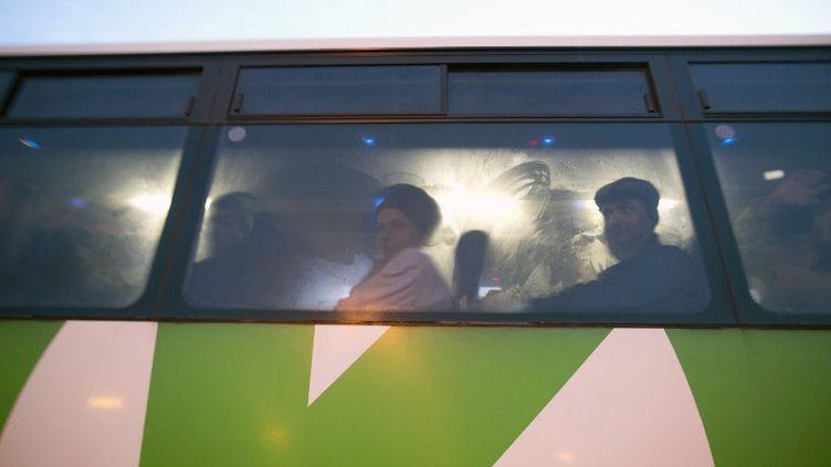 Des travailleurs palestiniens assis dans la nouvelle ligne de bus lancée pour eux par Israël entre la Cisjordanie et Tel Aviv, le 4 mars 2013.  (MENAHEM KAHANA / AFP)
