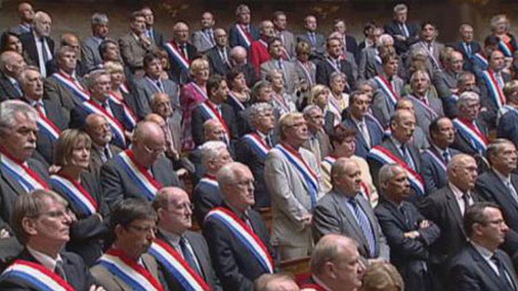 Les députés socialistes et PCF portent l'écharpe tricolore à l'ouverture de la séance sur le vote des retraites (France 2)
