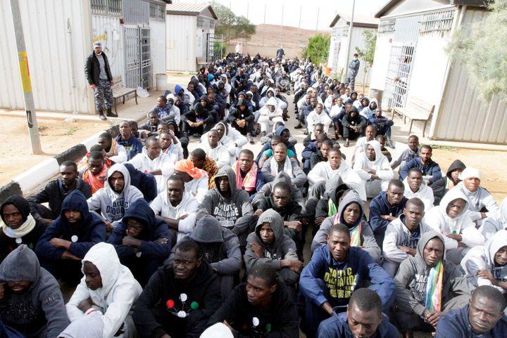 Migrants subsahariens dans un camp de détention à Gheryan, près de Tripoli, le 1er décembre 2016 (REUTERS - HANI AMARA / X03394)